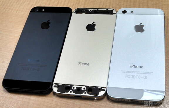 sravnenie-zolotogo-iphone-5s-s-belym-i-chernym-smartfonom--