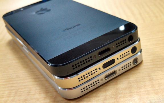 sravnenie-zolotogo-iphone-5s-s-belym-i-chernym-smartfonom-----