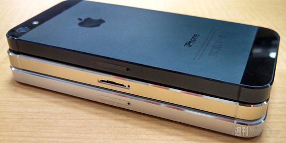 sravnenie-zolotogo-iphone-5s-s-belym-i-chernym-smartfonom------