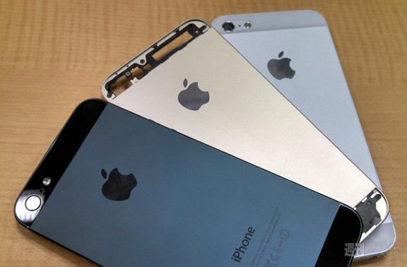 sravnenie-zolotogo-iphone-5s-s-belym-i-chernym-smartfonom