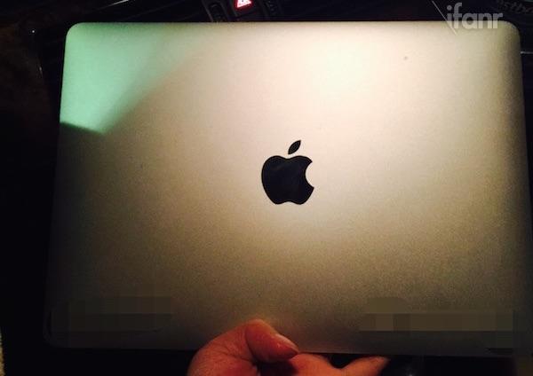 v-internete-razmestili-foto-novogo-macbook-air-novyiy-logotip-i-displey---