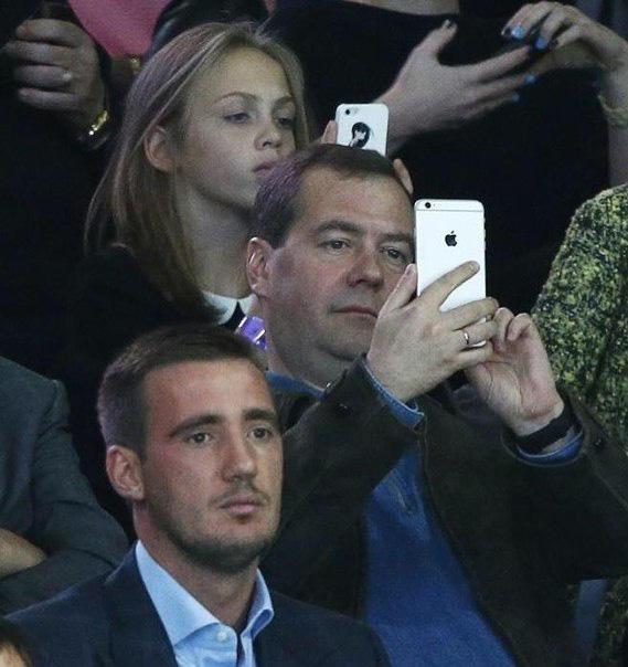 Двитрий Медведев и iPhone 6 Plus