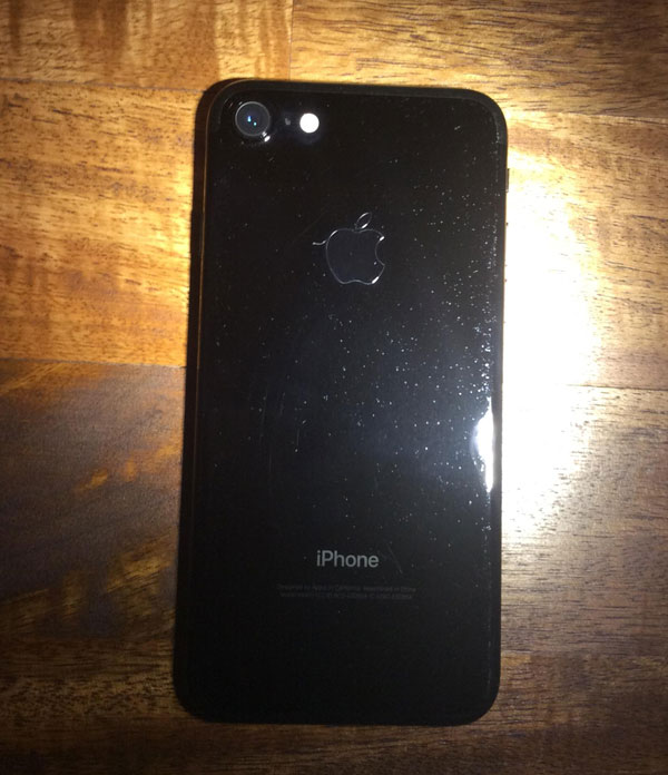 Насколько сильно царапается черный iPhone: реальные фото