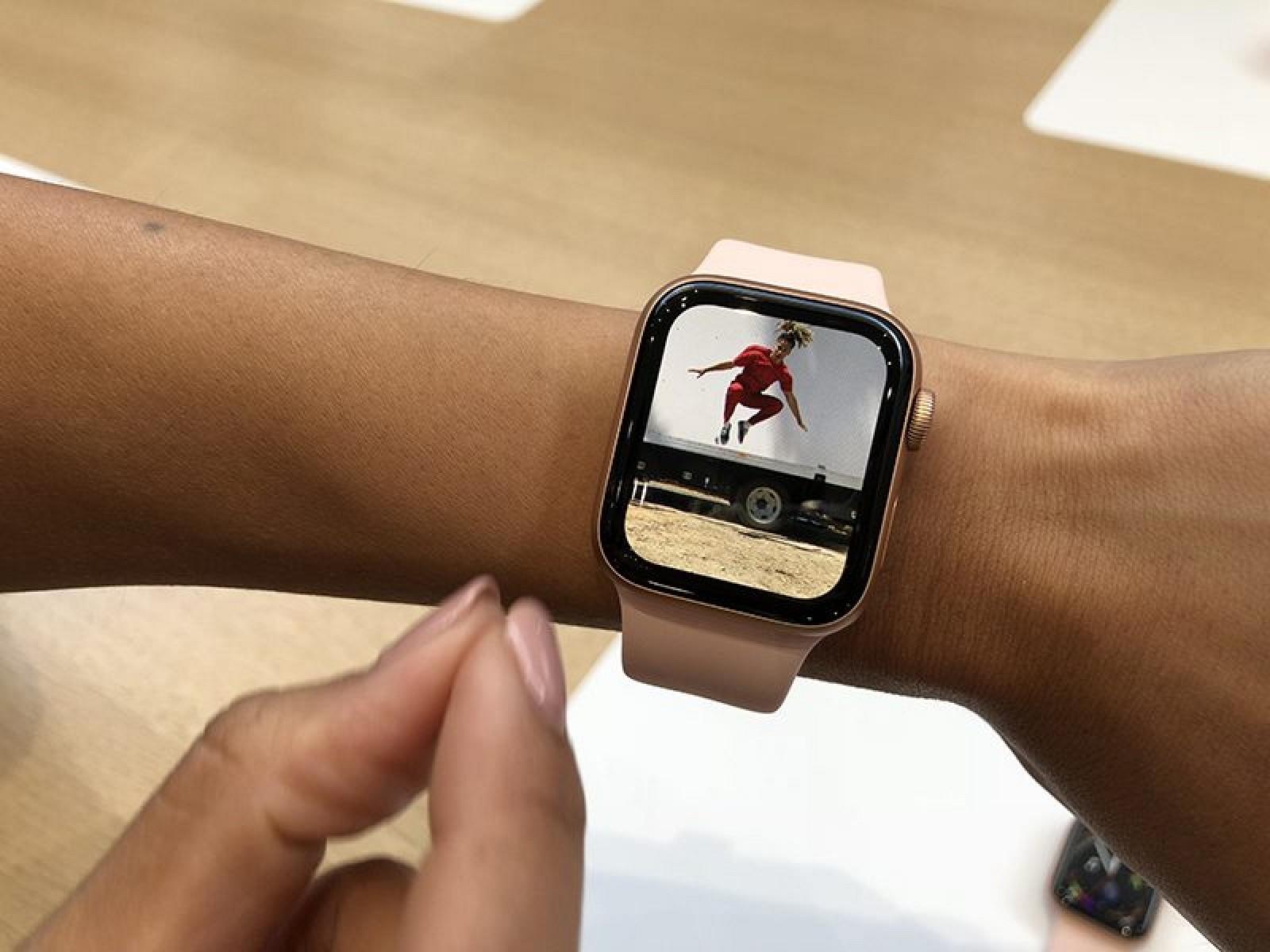 Обозреватель mashable лэнс уланофф отметил, что отверстие микрофона в apple watch 2 стало больше, а за ним имеется ещё одно отверстие для выталкивания воды после плавания в умных часах.